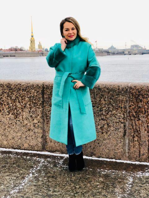 Зелёное пальто с отделкой из меха норки