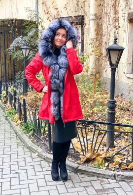 Красная парка с отделкой из меха чернобурой лисы
