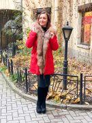 Красная парка с отделкой из меха рыжей лисы