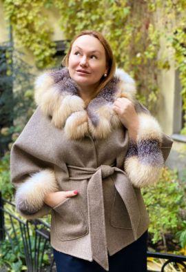 Пальто из кашемира с отделкой из меха лисы