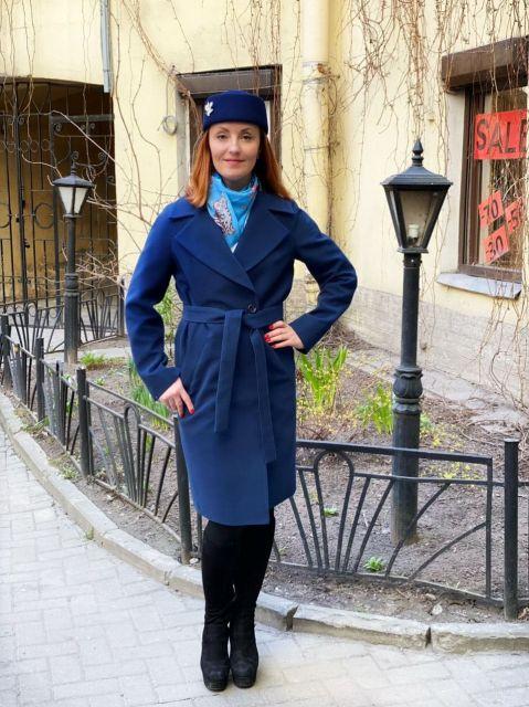 Темно-синее пальто с английским воротом